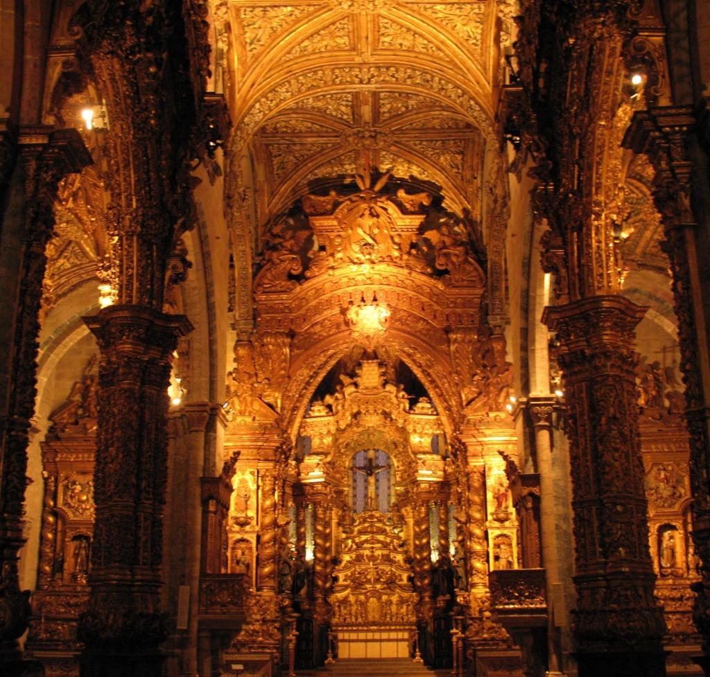 Igreja de São Francisco, kerk met als museum ingerichte schatkamer en een grafkelder.