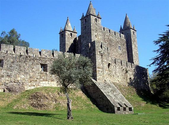 De stad heeft als herkenningspunt het kasteel, gebouwd in de 15e eeuw.