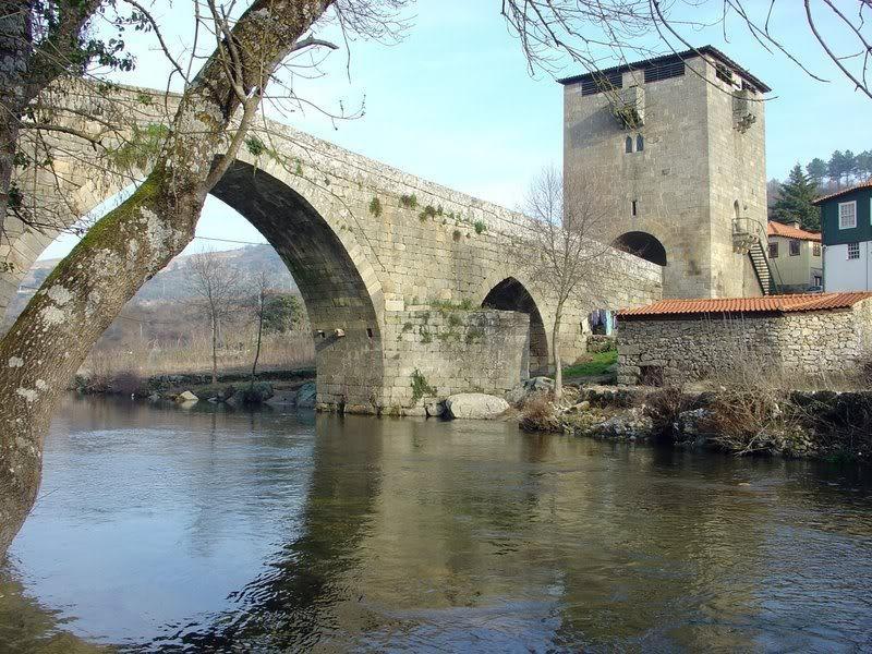 Torre e ponte gótica de Ucanha, Portugal.