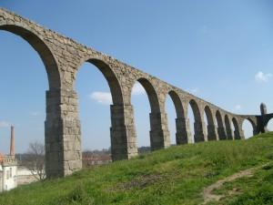 Resten van het lange aquaduct dat ooit 999 bogen had.