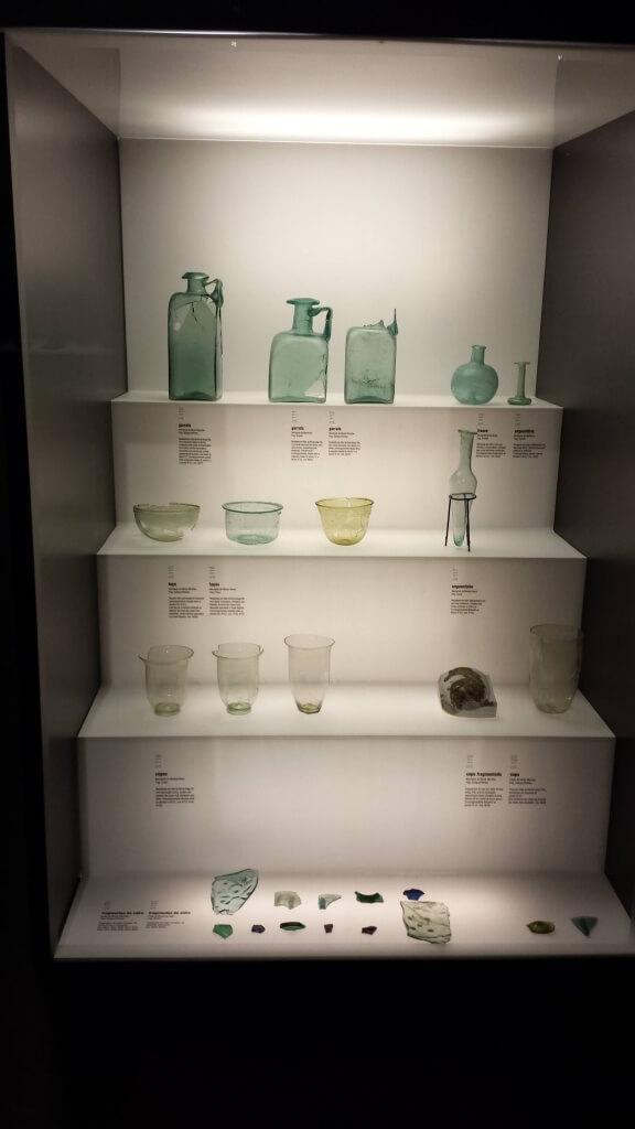 Glaswerk tentoongesteld in het Museum van Pen Penafiel