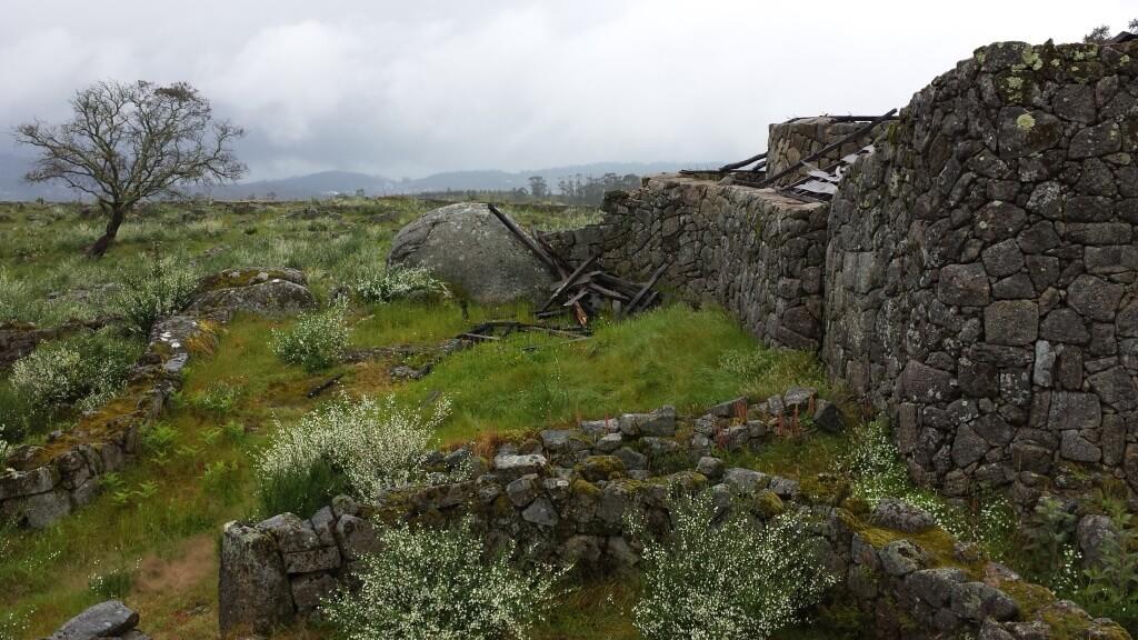 Hill Fort van Sanfins - Verwoest stuk van een reconstructie